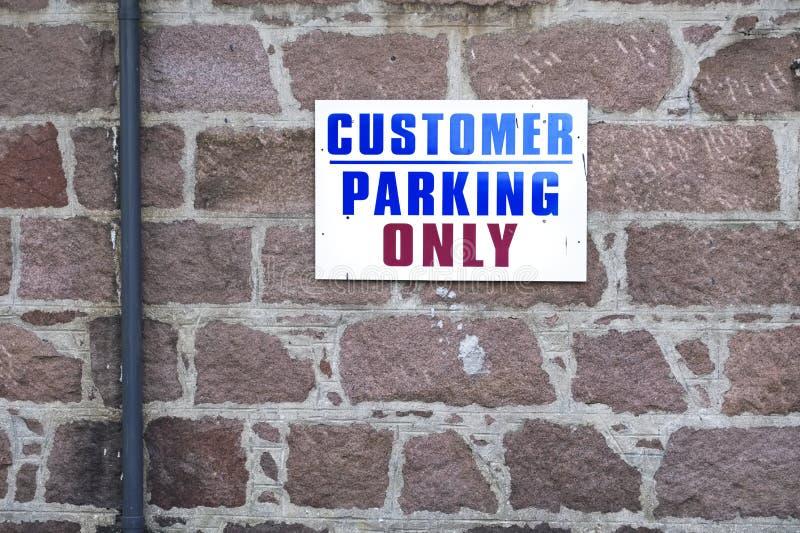 Kund som parkerar endast tecknet royaltyfri fotografi