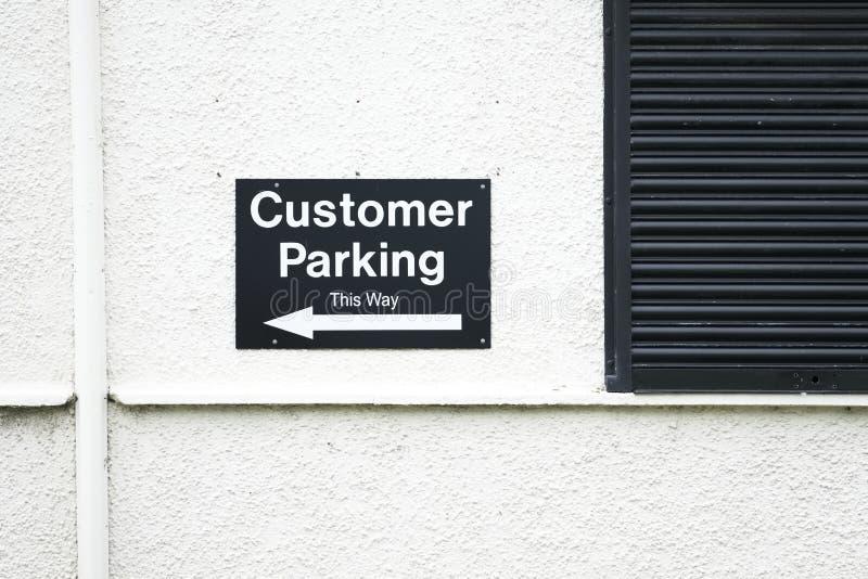 Kund som parkerar riktningspiltecknet arkivbild