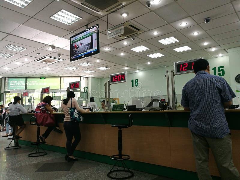 Kunde, der Bankgeschäfte am Zähler macht lizenzfreies stockbild