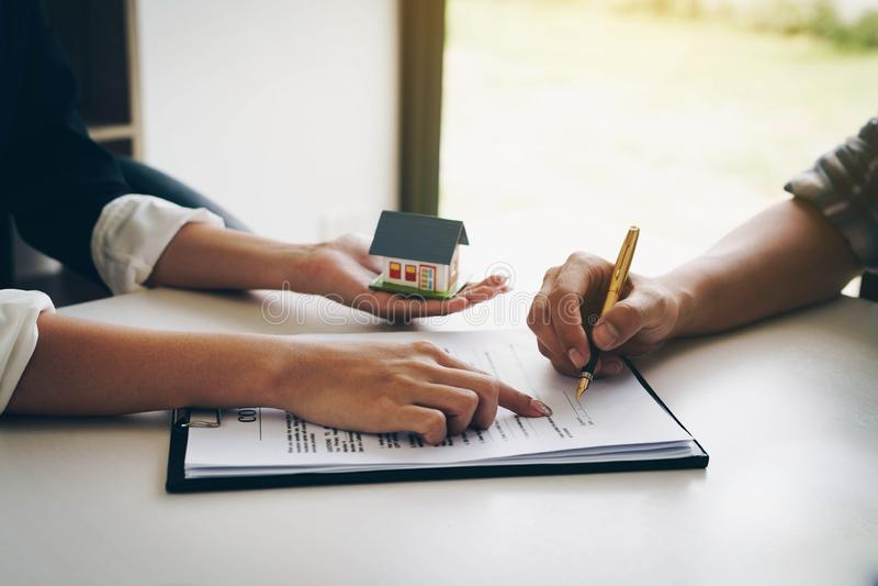 Kunde, der ein Papierdokument für kaufendes Haus unterzeichnet Glückliche indische Geschäftsfrau oder Grundstücksmakler, die Schl lizenzfreies stockfoto