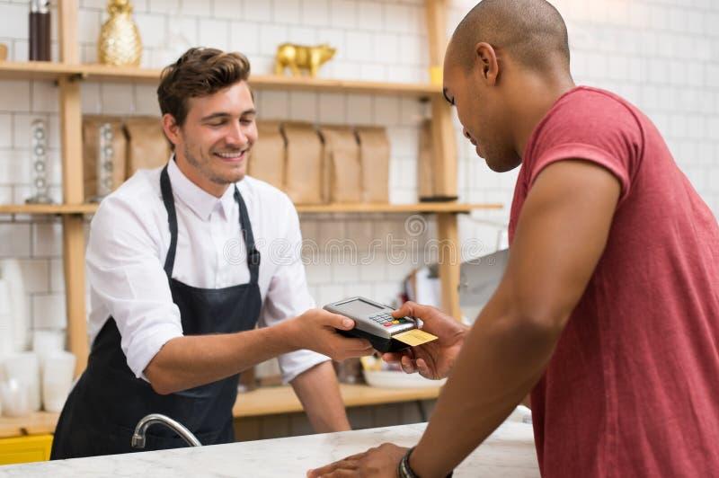 Kunde, der mit Kreditkarte zahlt lizenzfreies stockfoto