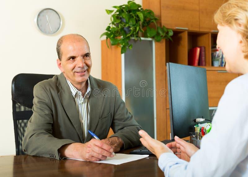 Kunde, der mit Notar spricht lizenzfreie stockfotos