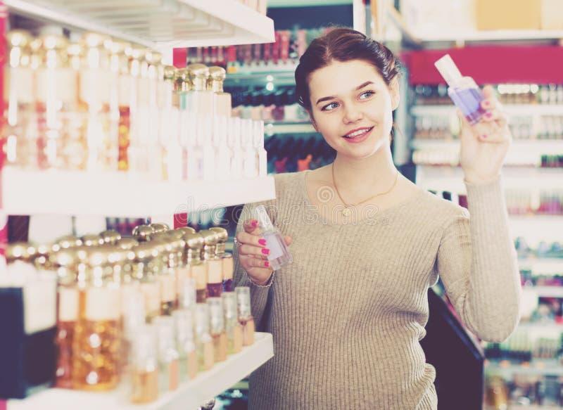 Kunde des jungen Mädchens sucht nach starkem Parfüm stockbild