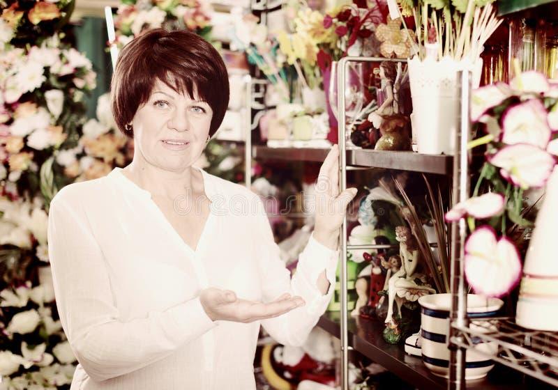 Download Kunde im Blumenladen stockfoto. Bild von frau, klient - 90236006