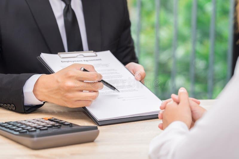Kunde oder Frau treffen eine Entscheidung, um einen Vertrag zu unterzeichnen wenn busine stockfoto