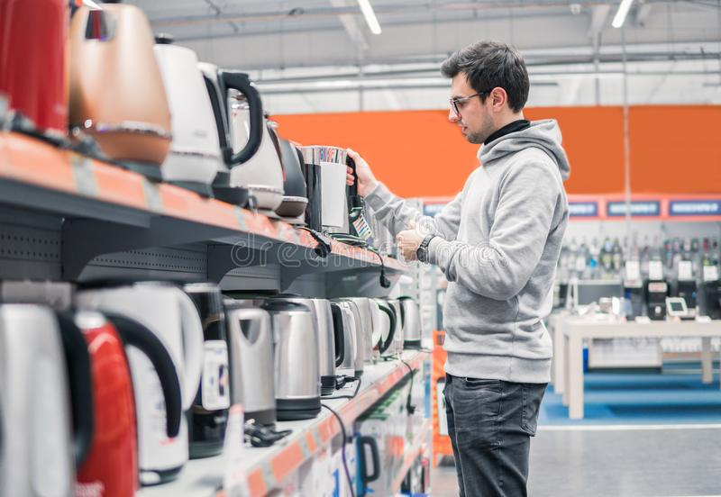 Kunde wählt einen Kessel im Supermarktmall lizenzfreies stockbild