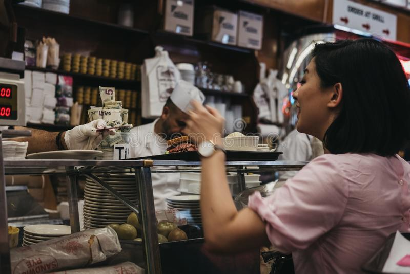 Kunden, die auf Nahrung am Zähler in Katzs Feinkostgeschäft in neuem warten stockbild