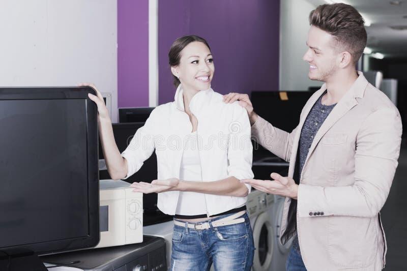 Kunden, die Fernseher vorwählen lizenzfreie stockfotografie