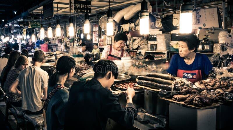 Kunden, die koreanische ` s traditionelle Nahrungsmittel - GwangJang-Markt genießen stockfotos