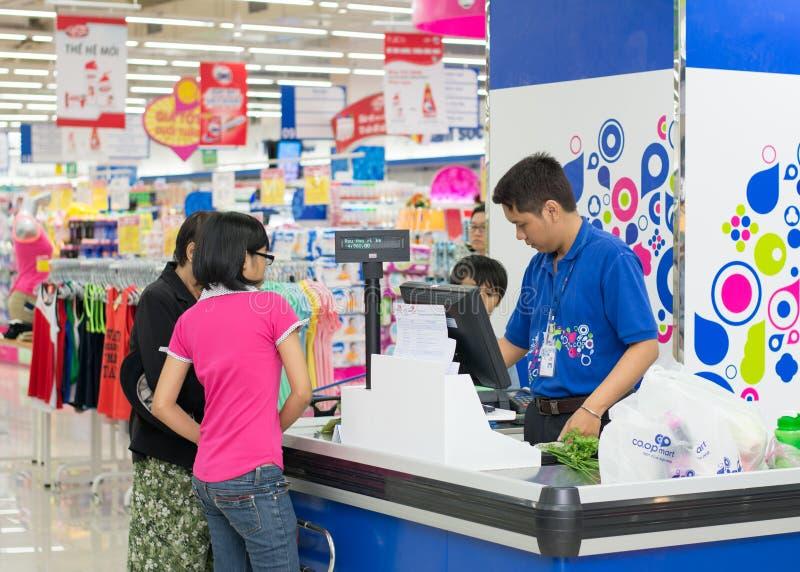 Kunden, die Lebensmittel an Coopmart-Supermarkt kaufen stockfotografie
