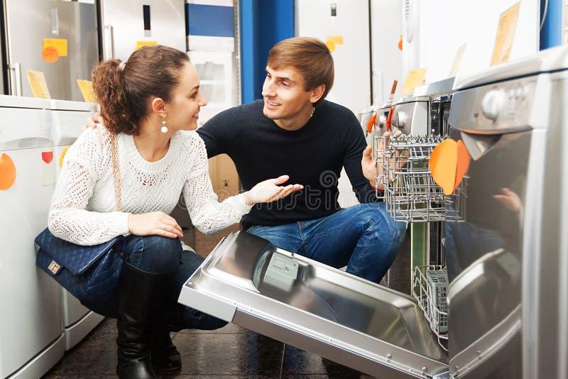 Kunden, die neue Geschirrspülmaschine kaufen lizenzfreie stockbilder