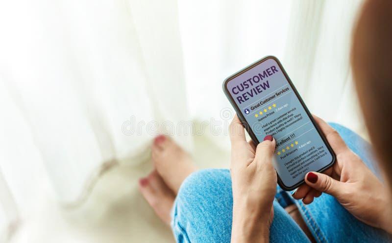 Kunden-Erfahrung und on-line-Bericht-Konzept Weibliches Sitzen herein lizenzfreie stockfotografie