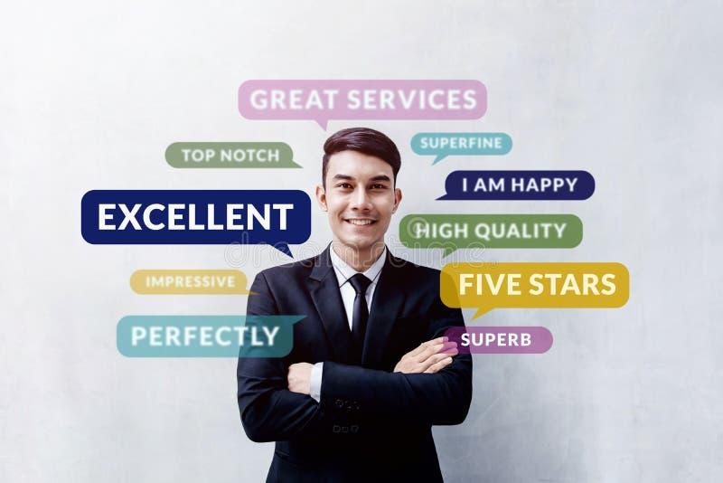 Kunden-Erfahrungs-Konzept Glücklicher junger Kunde, der an steht lizenzfreies stockfoto