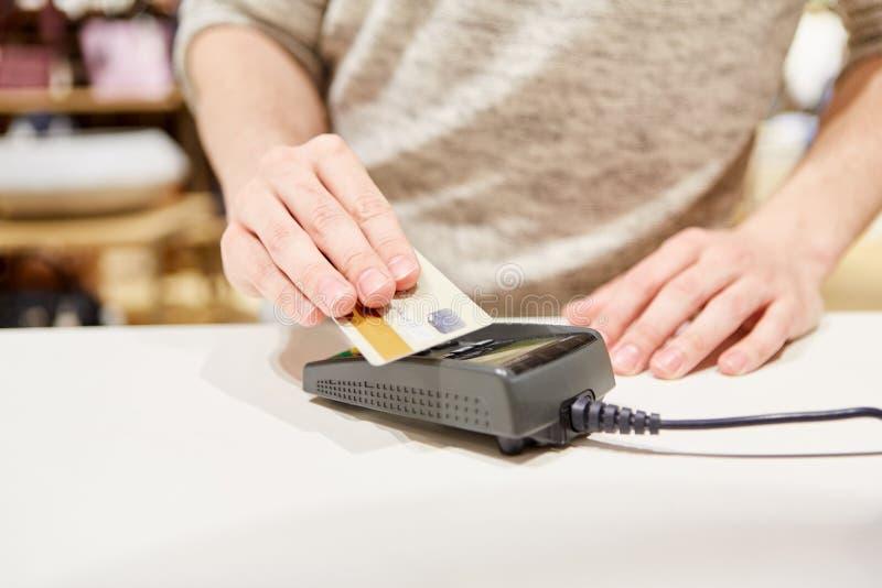 Kunden gör mobil betalning med kreditkorten arkivfoto