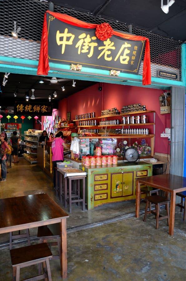 Kunden grasen chinesischen Lebensmittelladen Jalan Padungan Kuching Sarawak Malaysia stockbild