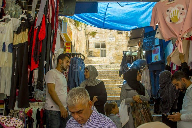 Kunden grasen den Vorrat in einem kleinen Shop in der alten Stadt von Je lizenzfreie stockfotos