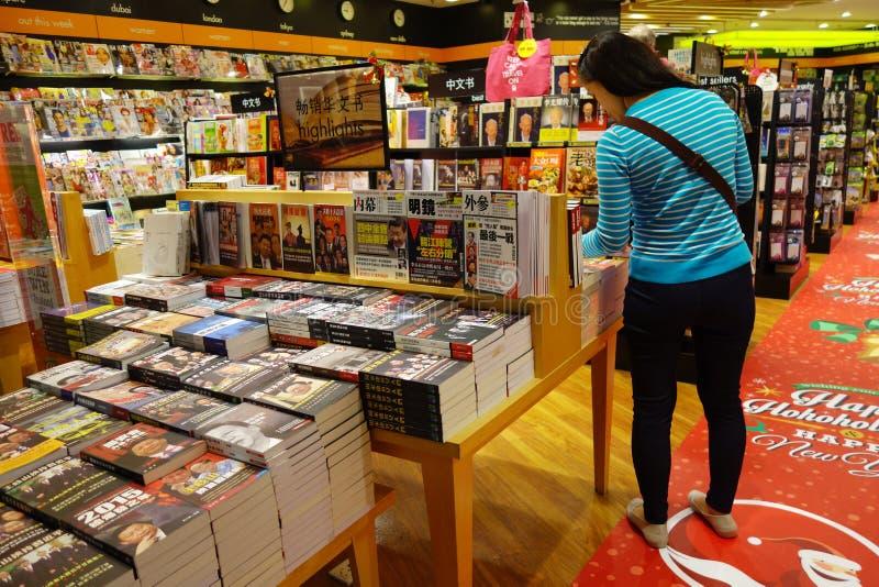 Kunden kaufen für Bücher in Changi-Flughafen, Singapur stockfotos