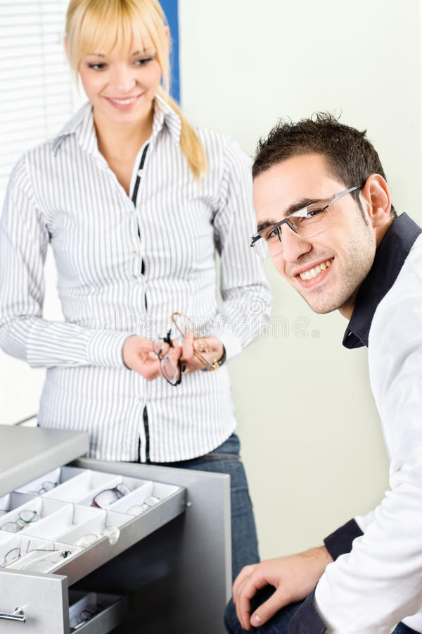 Kunden på glasögon shoppar royaltyfri bild