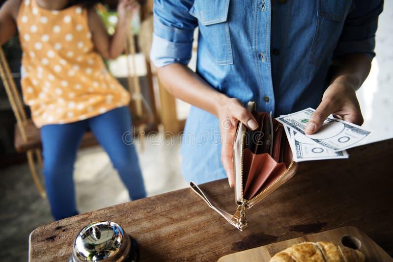 Kunden som köper nytt bakat bröd i bageri, shoppar begrepp arkivbilder