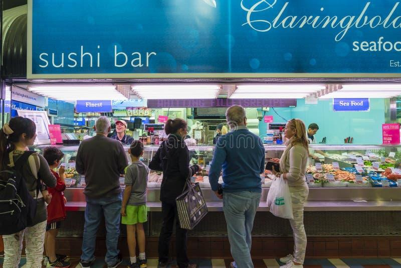 Kunden stehen oben an, um Meeresfrüchte in einem Speicher zu kaufen stockfoto