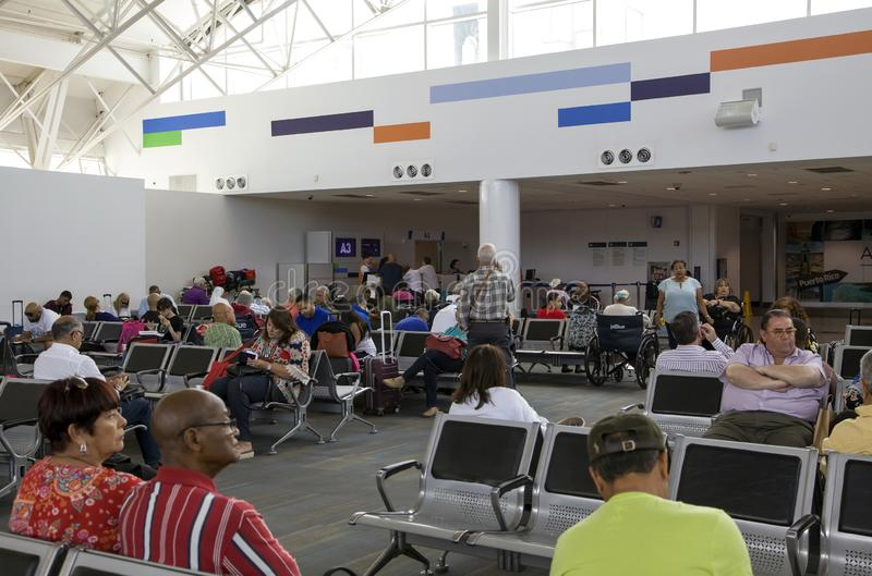 Kunden warten auf Flug an Luis Munoz Marin San Juan-Flughafen in Puerto Rico stockfoto