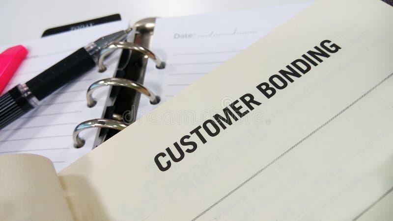 Kundenabbinden gedruckt auf Weißbuch lizenzfreie stockbilder