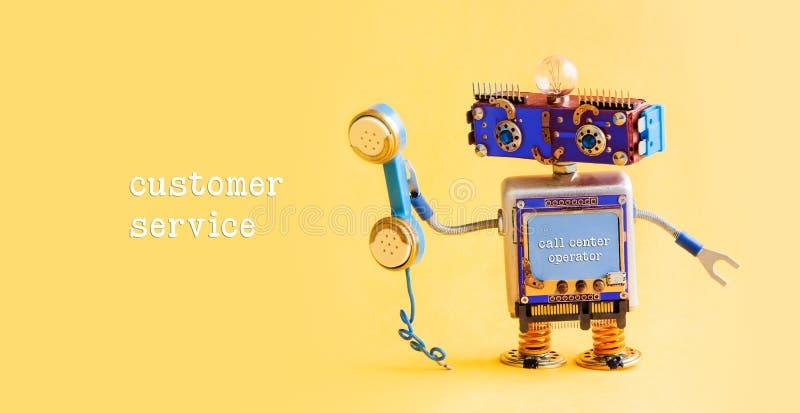 Kundendienst-Call-Center-Betreiberkonzept Freundlicher Roboterassistent mit Retro- angeredetem Telefon auf gelbem Hintergrund lizenzfreie stockbilder