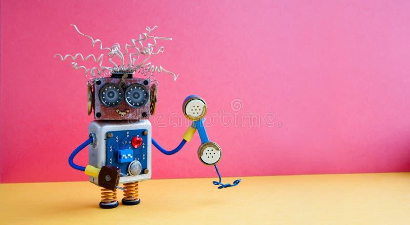 Kundendienst-Call-Center-Betreiberkonzept Freundlicher Roboterassistent mit Retro- angeredetem Telefon auf gelbem Rosa stockfotografie