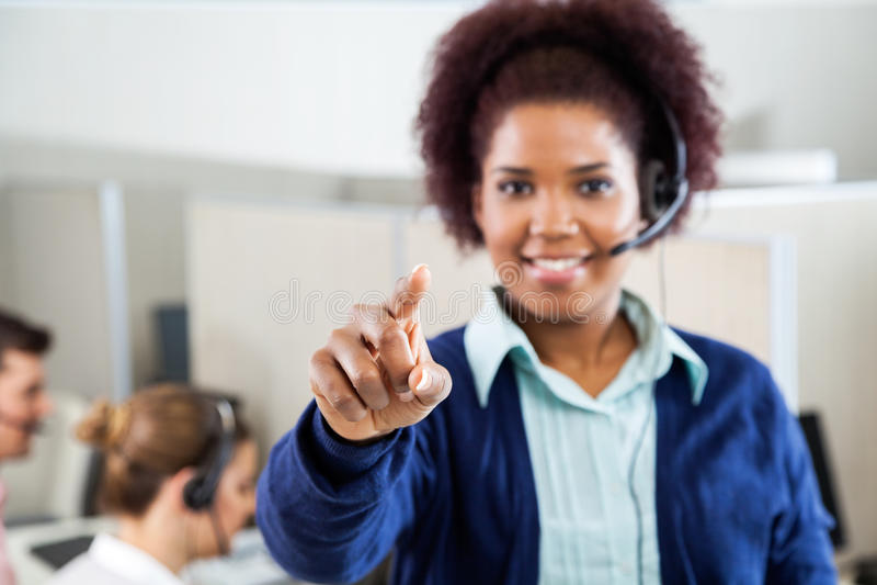Kundendienst-Vertreter Pointing At You im Anruf stockbilder