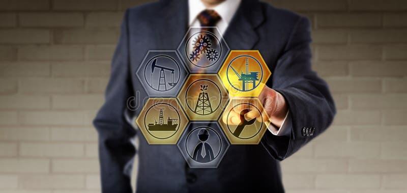 Kundendienstdirektor Touching ein virtuelles Öl Rig Icon lizenzfreies stockbild