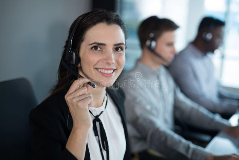 Kundendienstexekutive, die im Büro arbeitet lizenzfreie stockfotos