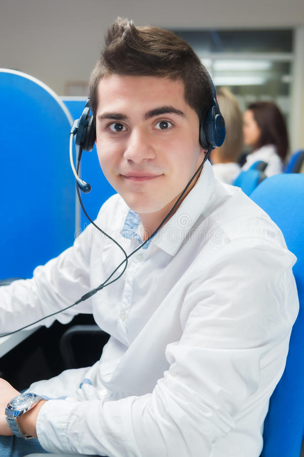Kundendienstmitarbeiter mit Kopfhörer im Büro stockbilder