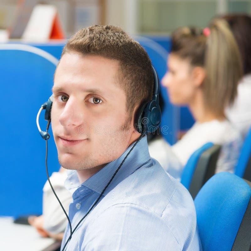 Kundendienstmitarbeiter mit Kopfhörer im Büro stockbild