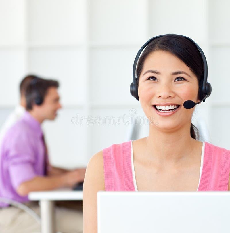 Kundendienstrepräsentant unter Verwendung des Kopfhörers lizenzfreies stockbild