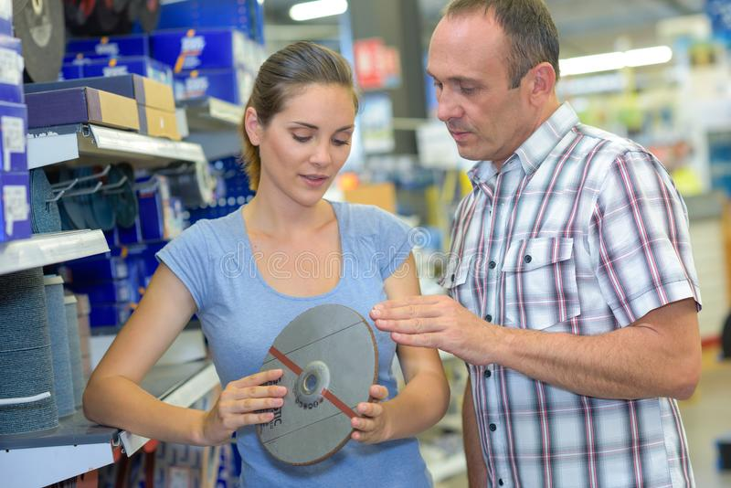 Kundeneinkaufen im Baumarkt stockfoto