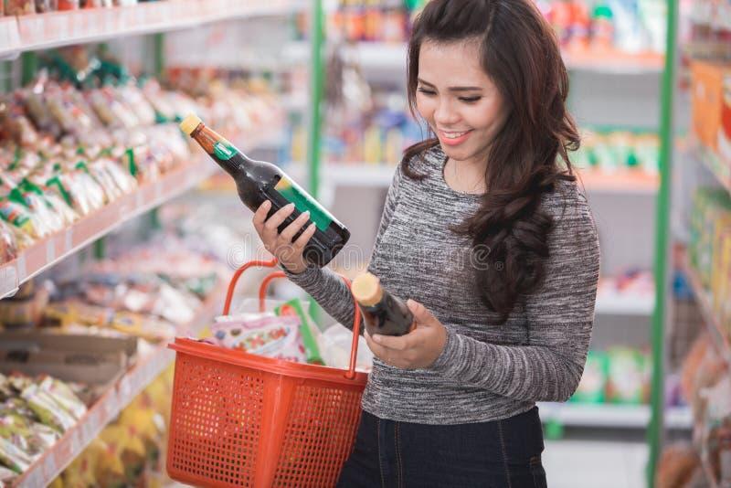Kundeneinkaufen am Lebensmittelgeschäftspeicher stockfotografie