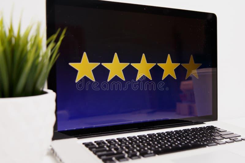 Kundenerfahrungskonzept online, beste ausgezeichnete Dienstleistungen, die eigenhändig für Zufriedenheits-Geschenk des Kunden ver stockbilder
