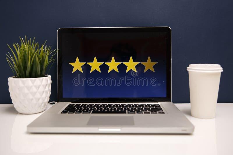 Kundenerfahrungskonzept online, beste ausgezeichnete Dienstleistungen, die eigenhändig für Zufriedenheits-Geschenk des Kunden ver stockfoto