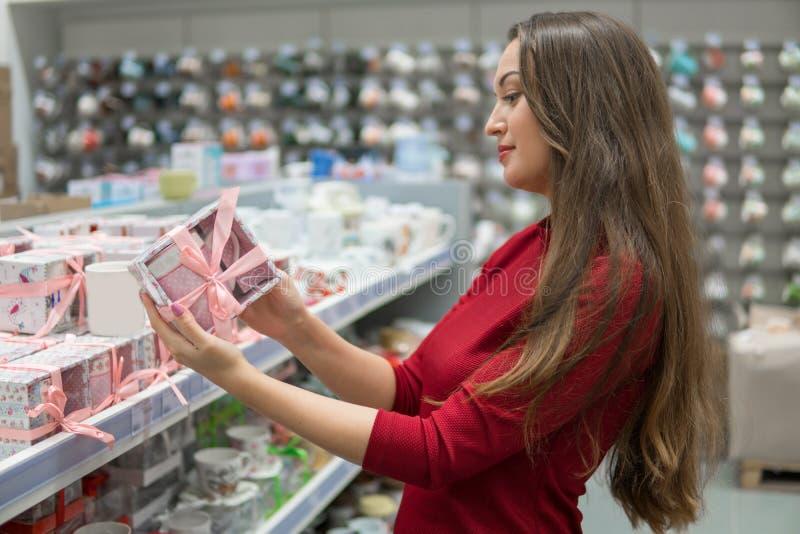 Kundenfrau wählt Geschenk oder Geschenk im Grossmarktspeicher stockbild