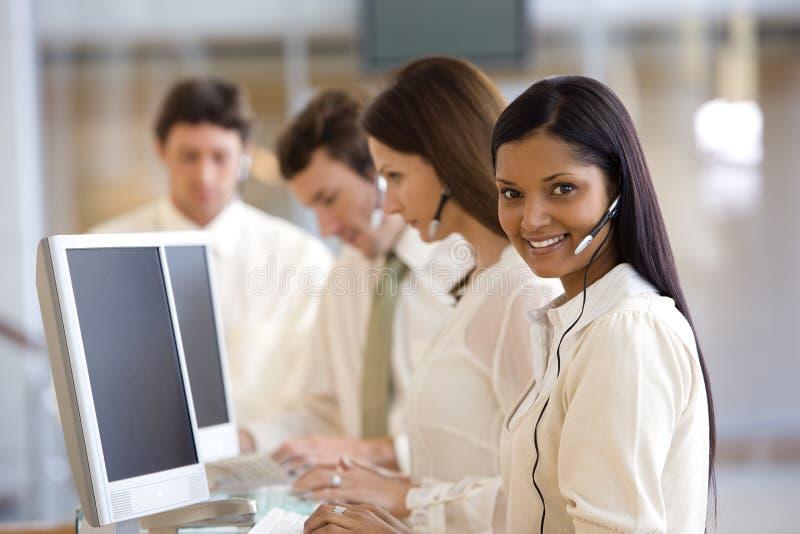 Kundenkontaktcenter mit lächelnder Frau lizenzfreie stockfotos