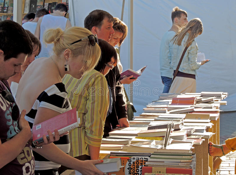 Kunder av bokmarknaden royaltyfria bilder