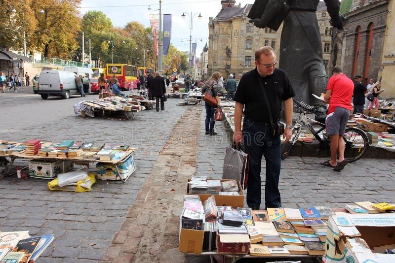 Kunder av den begagnade bokmarknaden royaltyfri foto