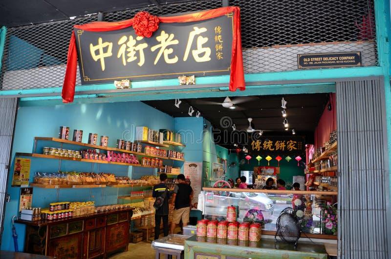 Kunder bläddrar den kinesiska livsmedelsbutiken Jalan Padungan Kuching Sarawak Malaysia royaltyfria bilder