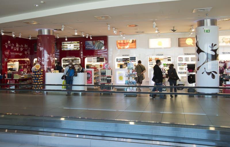 Kunder i tullfritt shoppar royaltyfria bilder