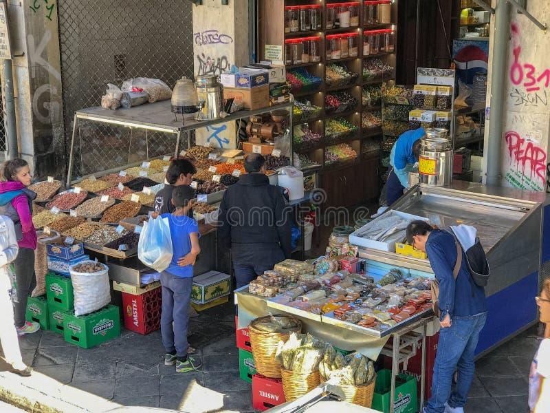 Kunder på godisen och muttrar shoppar, Aten, Grekland arkivfoto