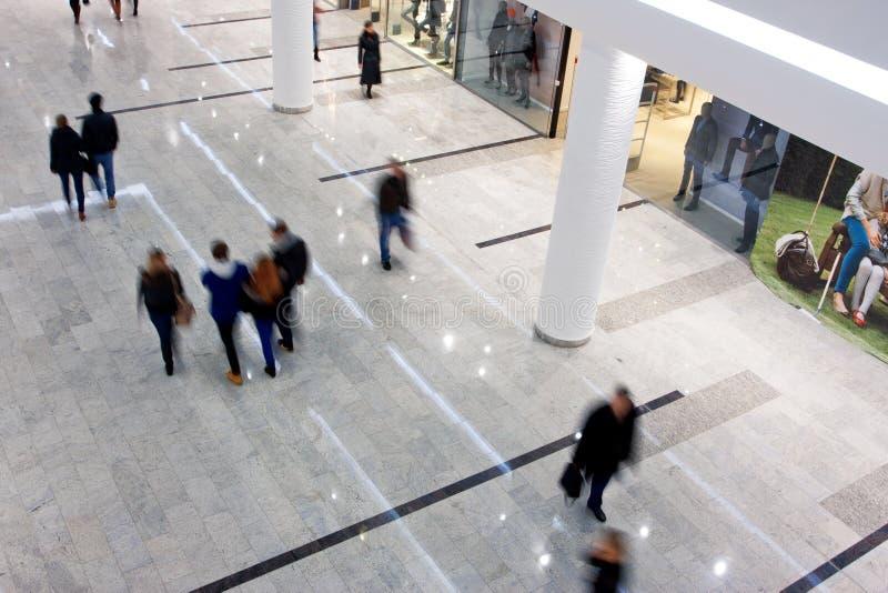 Kunder rusar inom shoppinggallerien fotografering för bildbyråer