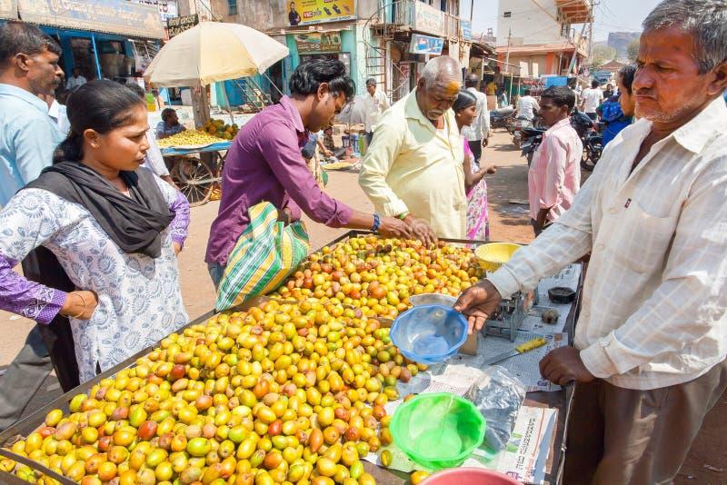 Kunder som köper frukter på marknadsplatsen av den traditionella indiska gatamarknaden fotografering för bildbyråer