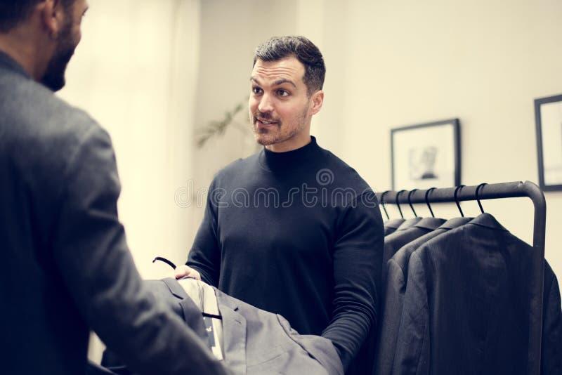 Kunder som shoppar för formell kläder royaltyfria bilder