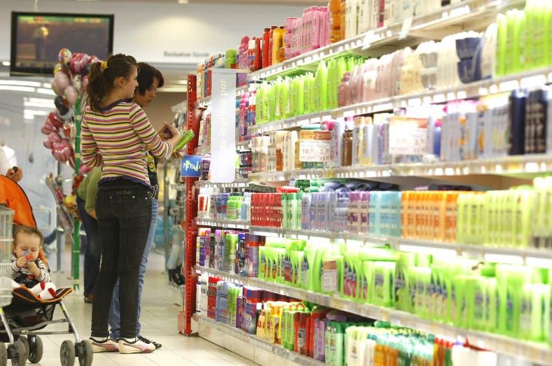 kunder som shoppar supermarketen royaltyfri bild