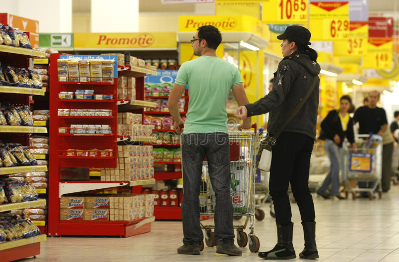 kunder som shoppar supermarketen royaltyfria foton